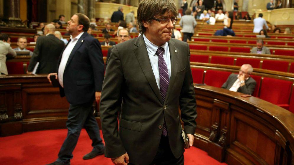 Foto: El presidente de la Generalitat, Carles Puigdemont, en el pleno del Parlament. (EFE)