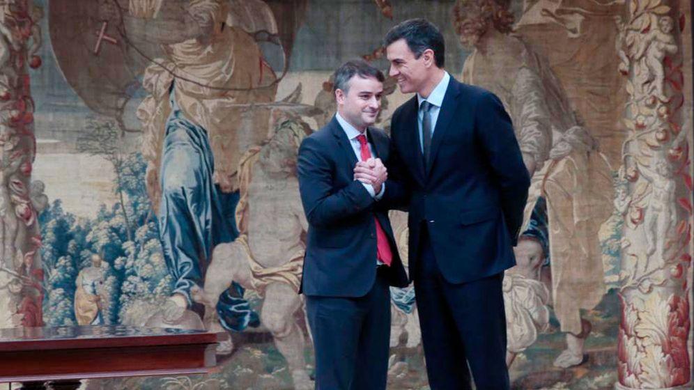 Foto: Iván Redondo promete su cargo como director de Gabinete del presidente del Gobierno y saluda a Pedro Sánchez. (Pool Moncloa)