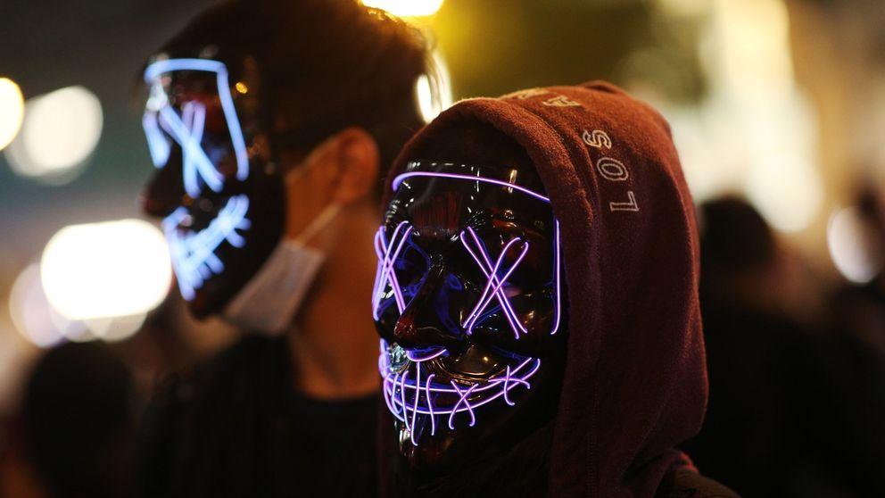 Los manifestantes de Hong-Kong se saltan la ley anti máscaras por Halloween