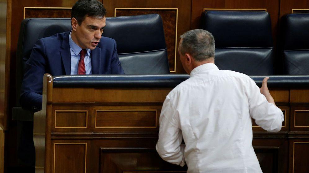 Foto: Joan Baldoví, de espaldas, habla con el presidente del Gobierno, Pedro Sánchez. (EFE)