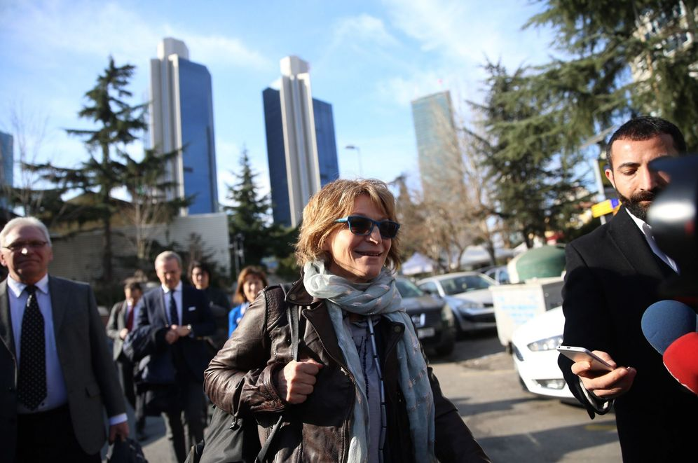 Foto: La relatora de la ONU, Agnés Callamard (c), intenta visitar el consulado saudí, que le ha prohibido la entrada, en Estambul. (EFE)