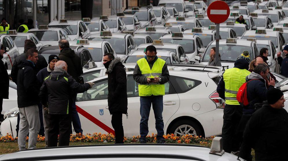 Foto: Concentración de taxistas en las inmediaciones del recinto ferial de Ifema, en Madrid. (EFE)