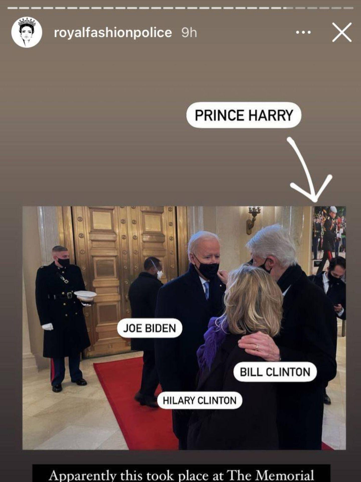 En la imagen se puede ver una fotografía del príncipe Harry de fondo. (Instagram @royalfashionpolice)