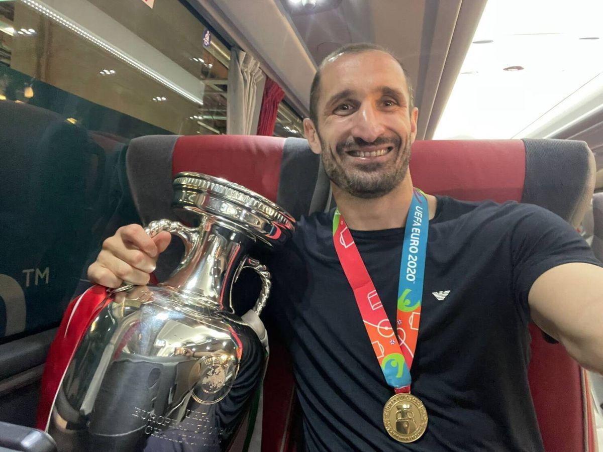 Foto: Giorgio Chiellini con el trofeo de la Eurocopa y la medalla de campeón.