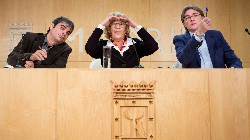 Foto: La alcaldesa de Madrid, Manuela Carmena, junto a Jorge García Castaño (i) y Marta Higueras (d) en el Ayuntamiento. (EFE)