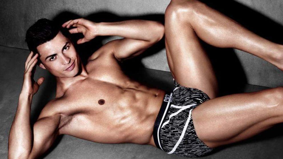 Ayuda a Cristiano Ronaldo a ponerse los calzoncillos