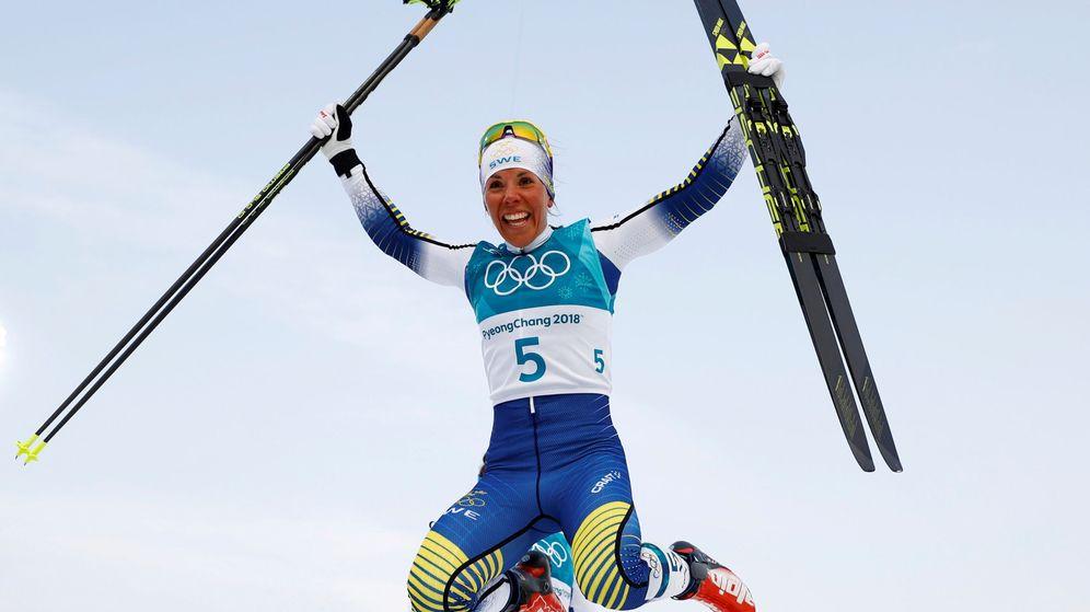 Foto: La sueca Charlotte Kalla celebra su medalla de oro. (Reuters)