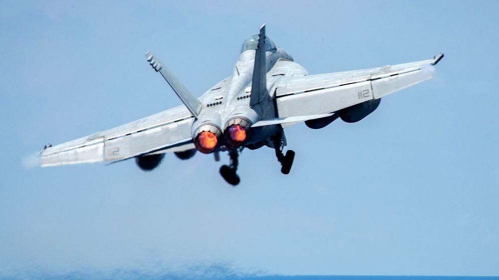 Foto: Un caza F-18 despegando, en una imagen facilitada por el Departamento de Defensa de EEUU. (EFE)