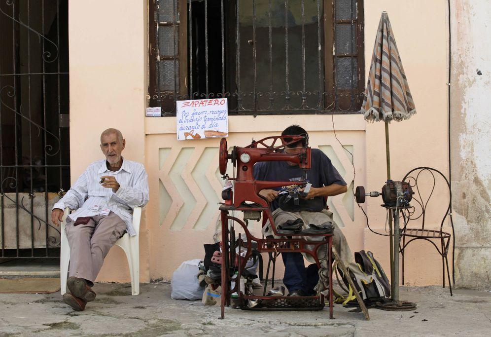 Foto: Un cuentapropista autorizado trabaja como zapatero en una calle de La Habana, en febrero de 2012 (Reuters)