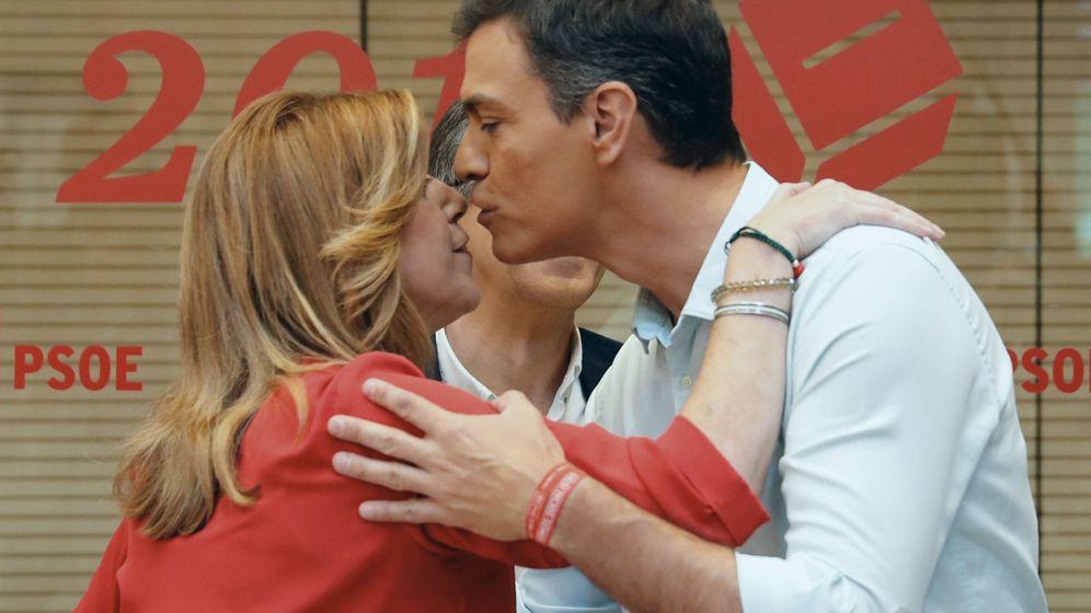 Foto: Los candidatos a la secretaría general del PSOE, Susana Díaz (i) y Pedro Sánchez (d), se saludan en la sede del partido. (EFE)