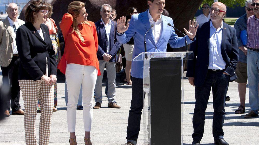 Foto: El candidato de Ciudadanos, Albert Rivera, junto a los cabeza de lista por A Coruña, José Canedo, y Pontevedra, María Rey, durante un acto en Vigo. (EFE)