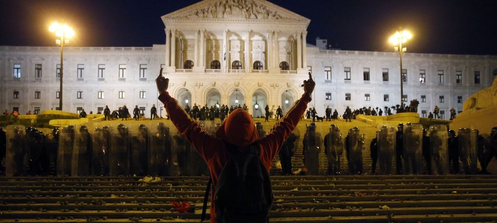 Foto: Un manifestante ante el Parlamento portugués durante choques en Lisboa durante la huelga general de noviembre de 2012 (Reuters).