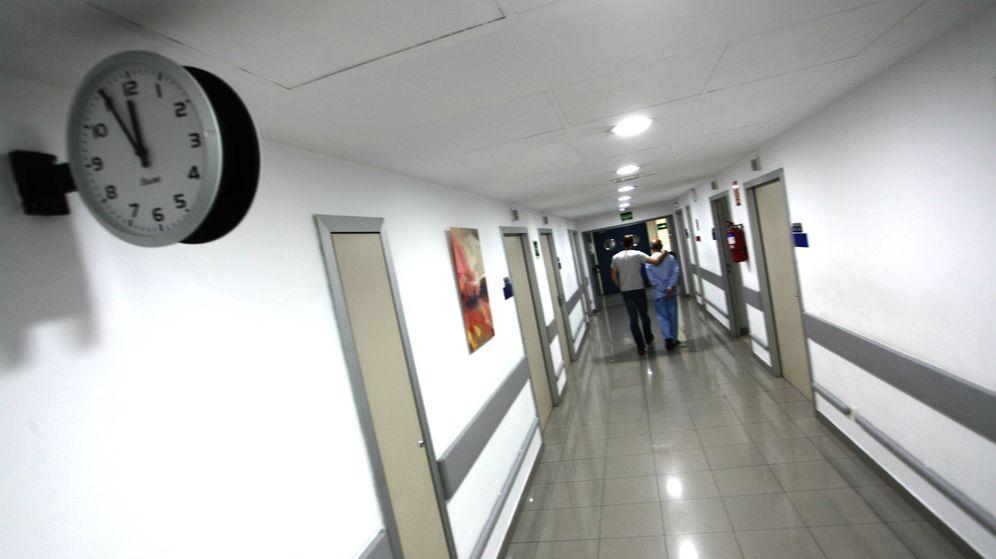 Foto: Pasillo de la unidad de cuidados paliativos de la Fundación Jiménez Díaz, en Madrid. (Enrique Villarino)