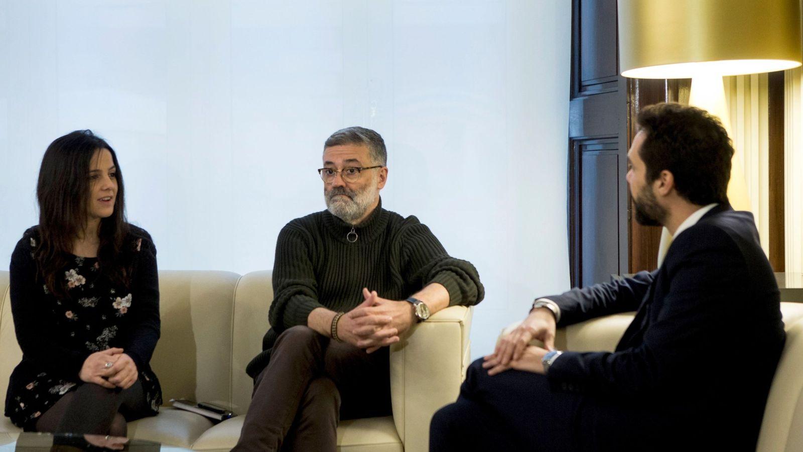Foto: El presidente del Parlament, Roger Torrent, junto a los diputados de la CUP, Carles Rieray Maria Sirvent. (Efe)