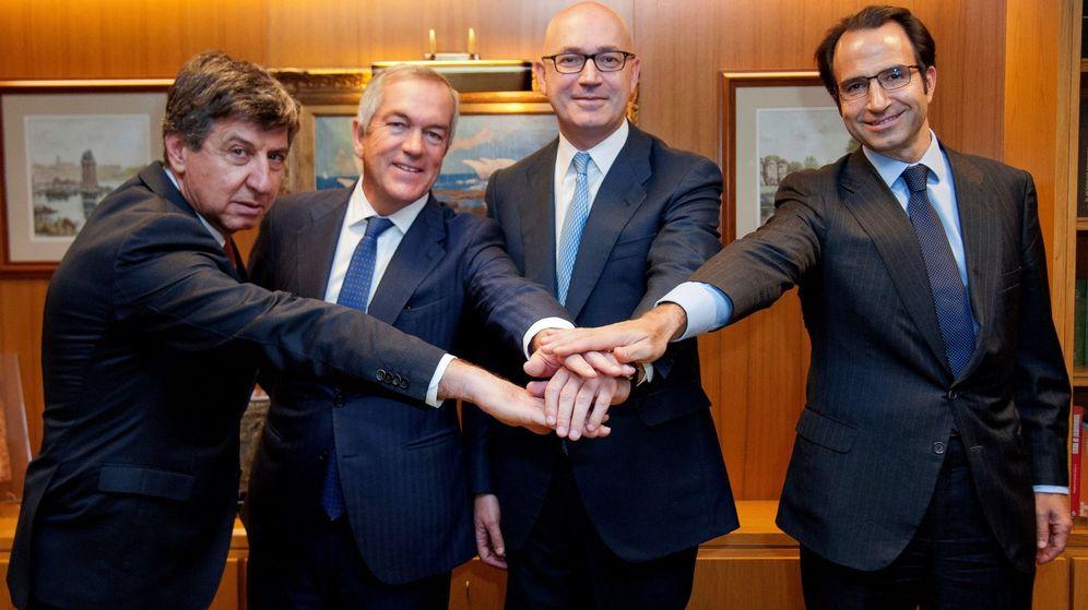 Foto: De izda. a dcha., Gabriel Alonso (Banco Santander), Joaquín Arenas (Bank of America), Jesús Nuño de la Rosa (consejero delegado de El Corte Inglés) y Olaf Díaz-Pintado (Goldman Sachs). (EFE)