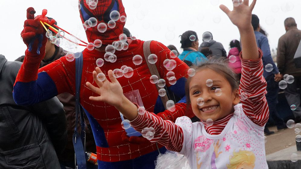 Foto: Una niña juega con las burbujas. (Reuters)
