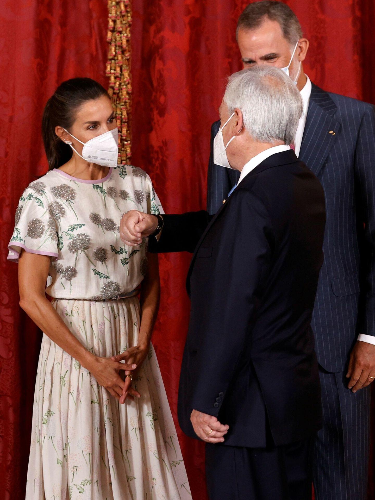 Los Reyes, saludando a Piñera. (EFE)