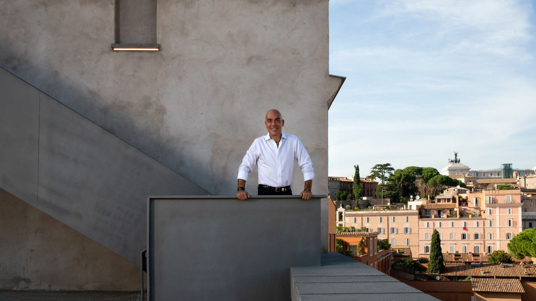 Kike Sarasola en la azotea del Palazzo 'rhinoceros' de Roma, donde se ubican los 24 apartamentos de lujo. (Fotos: Olga Moreno)