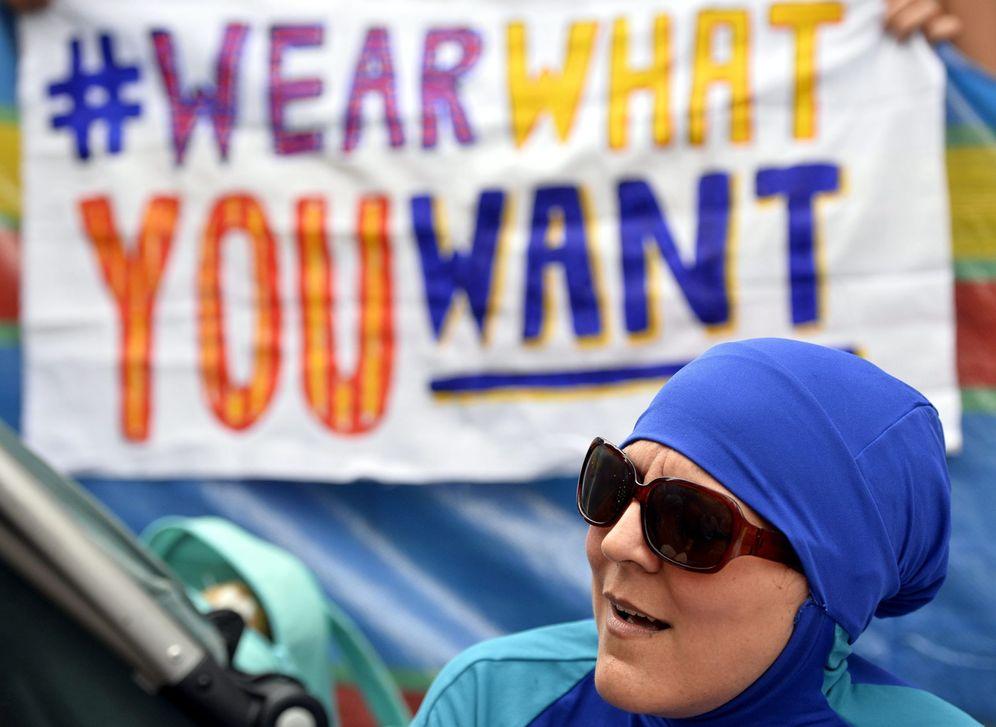 Foto: Una mujer con 'burkini' participa en una protesta en el exterior de la embajada francesa en Londres. (EFE)