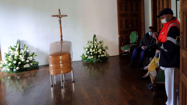 La capilla ardiente del compositor Cristóbal Halffter Jiménez-Encina, en Villafranca del Bierzo. (EFE)