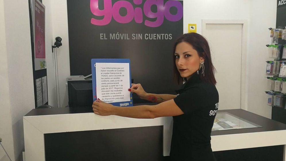 Foto: Monica Torralbo, de Albolote, con el cartel que deben colgar a partir del 1 de julio.