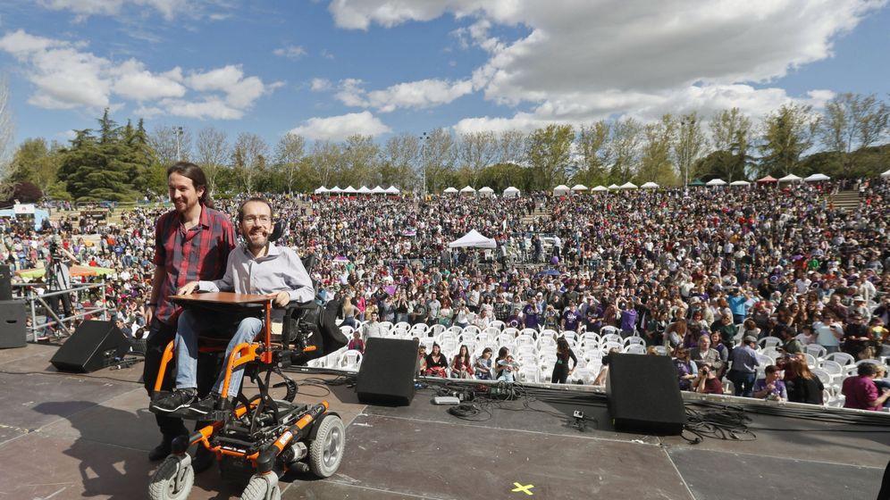 Foto: El líder de Podemos, Pablo Iglesias (i), y el secretario de Organización, Pablo Echenique, en la clausura de la Fiesta de la Primavera. (EFE)