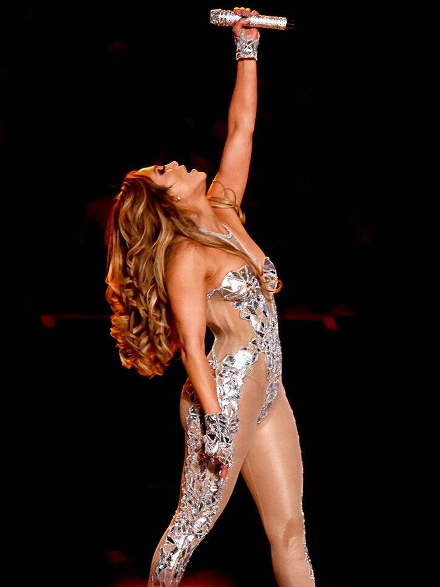 Jennifer Lopez, actuando en la Super Bowl. (Cortesía Versace)