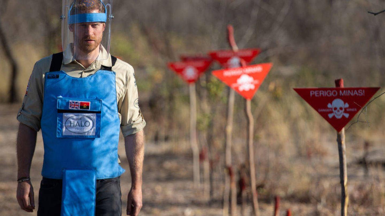 El príncipe Harry caminando a través de un campo de minas antipersona. (Getty)