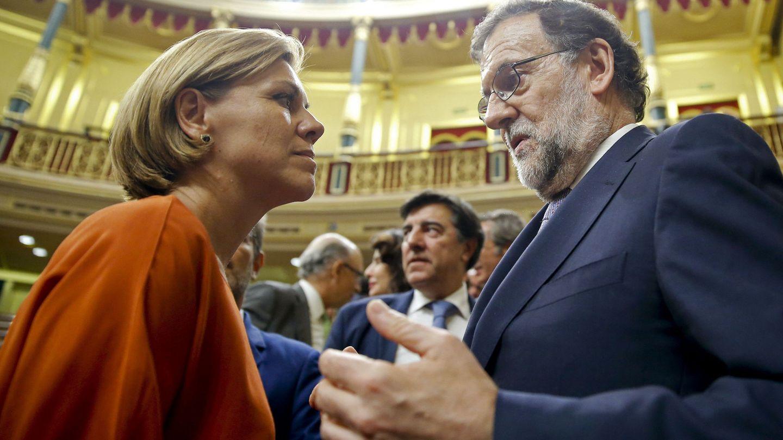 Rajoy habla con María Dolores de Cospedal, ayer tras fracasar en su intento de ser investido presidente. (Efe)