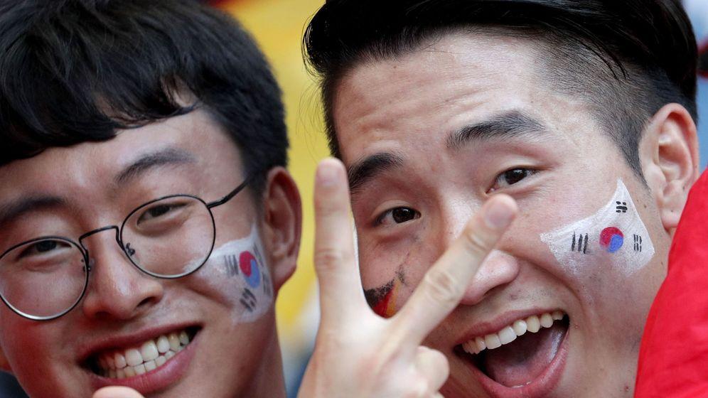 Foto: Dos surcoreanos en Rusia celebrando la victoria ante Alemania. (Reuters)