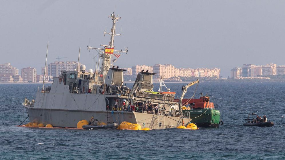 Foto: Personal de La Armada durante las labores de reflotamiento y remolque del cazaminas Turia. (EFE)
