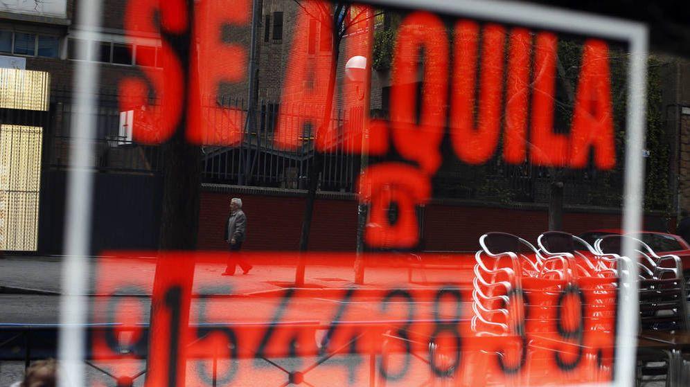 Foto: Un cartel de 'Se alquila' en un local de Madrid. (Reuters)