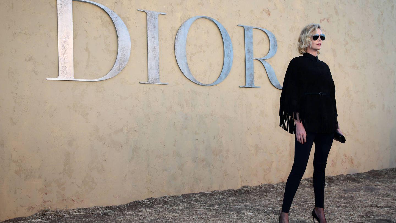 Charlize Theron asistiendo a un desfile de Dior (Getty Images)