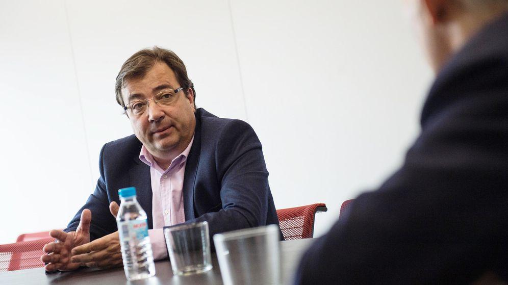 Foto: El presidente de la Junta de Extremadura, Guillermo Fernández Vara, en una entrevista en la redacción de El Confidencial. (Pablo López Learte)