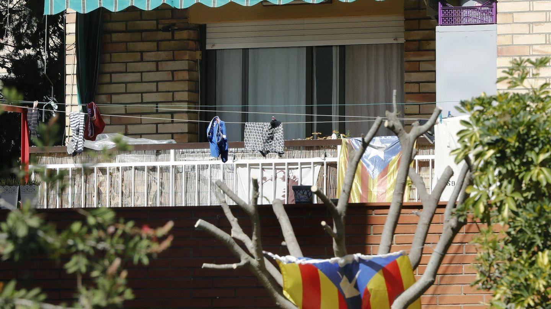 Vista del piso que la Guardia Civil ha registrado en Esplugues de Llobregat. (EFE)