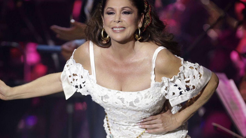 Foto: Isabel Pantoja al final del concierto (Gtres)
