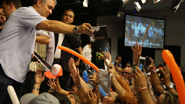 El candidato a la presidencia de Colombia por el partido Centro Democrático, Iván Duque, saluda simpatizantes en Cali. (EFE)