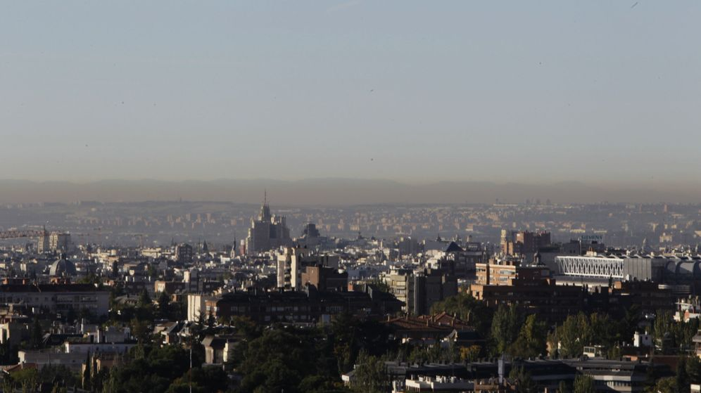Foto: Imagen de la 'boina' de contaminación que cubre Madrid. (EFE)