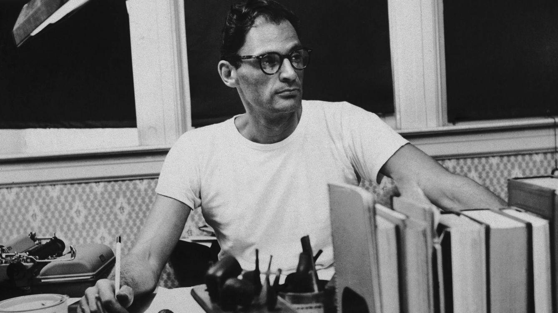 Foto: Retrato de Arthur Miller en su mesa de trabajo. Fotografía tomada en torno a 1955. / GETTY IMAGES