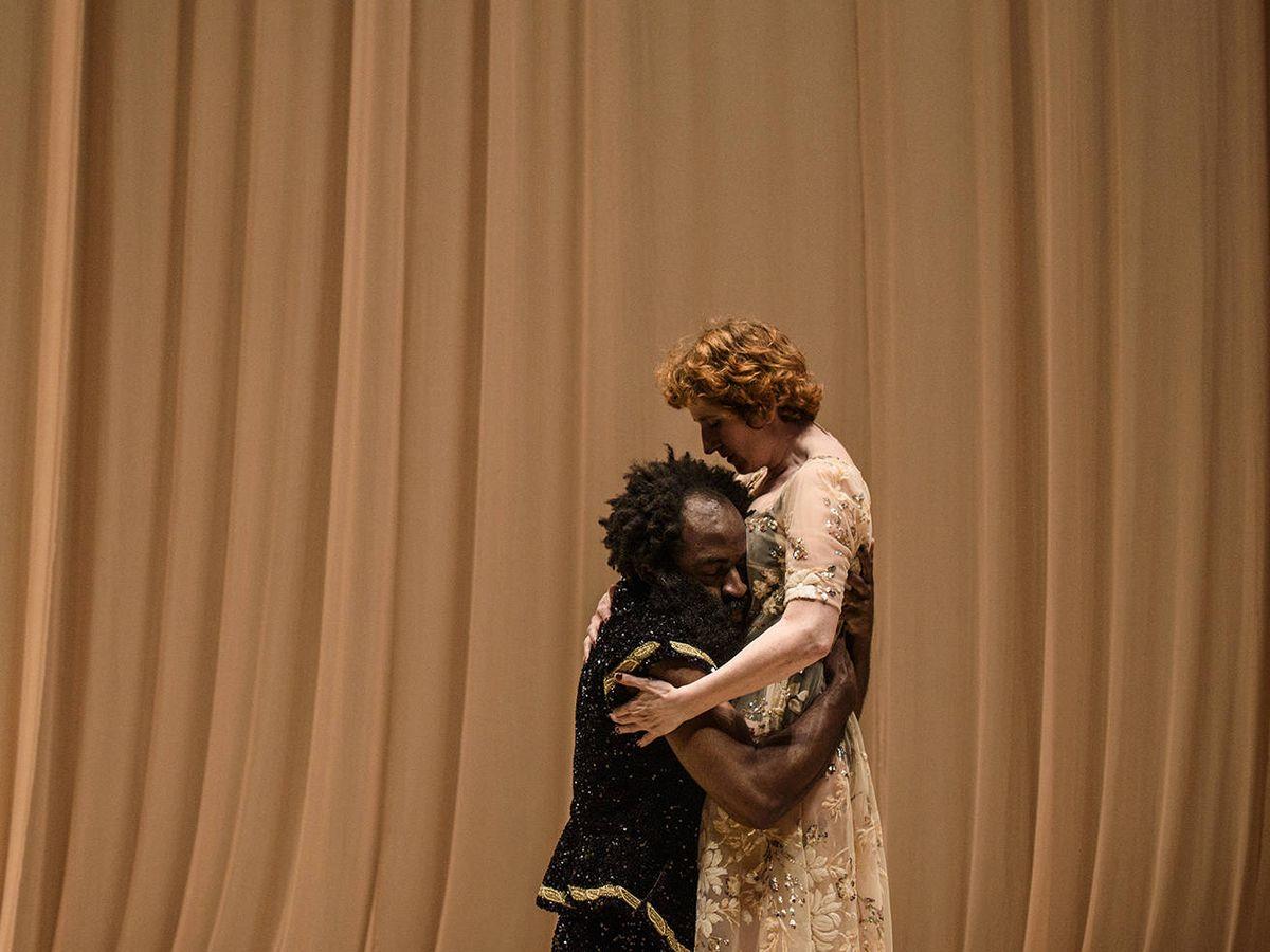 Foto: Chumo Mata (Othello) y Mari Paz Sayago (Desdémona), en 'Othello', Teatro de La Abadía. (Estrella Melero)