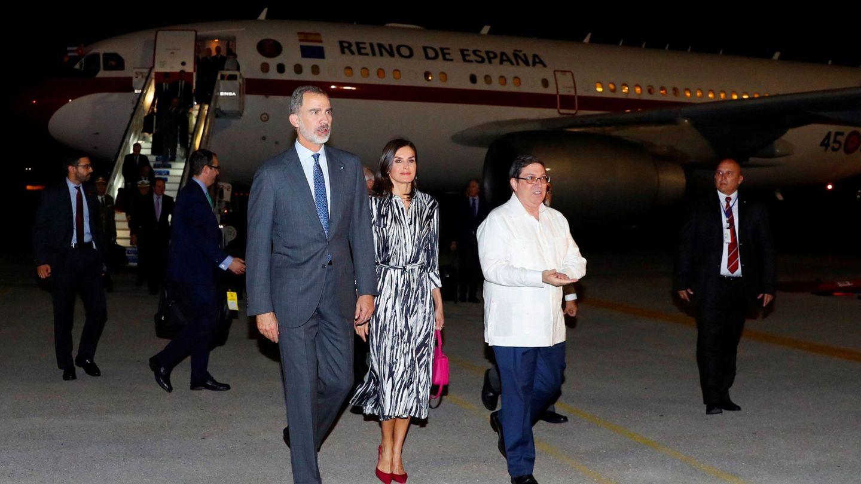 Rey Felipe VI y la reina Letizia, llegando a La Habana. (EFE)