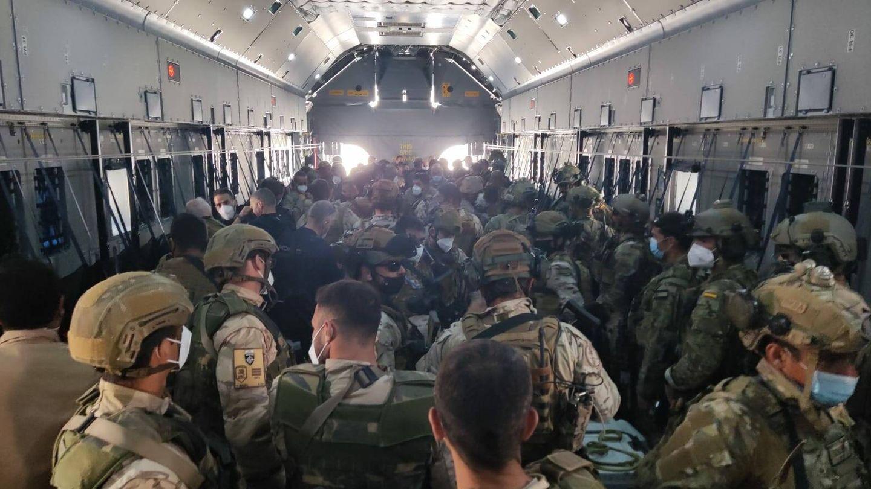Interior del último vuelo español en salir de Kabul. (Ministerio de Defensa)