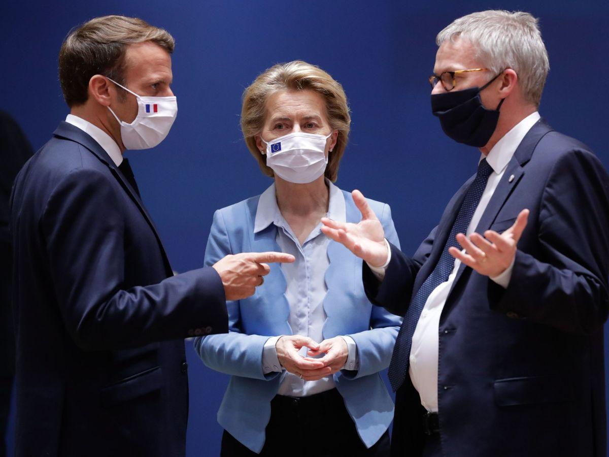 Foto: El presidente francés, Emmanuel Macron (i), conversa con la presidenta de la Comisión Europea, Ursula von der Leyen (c), y con el secretario general, Jeppe Tranholm Mikkelsen. (EFE)
