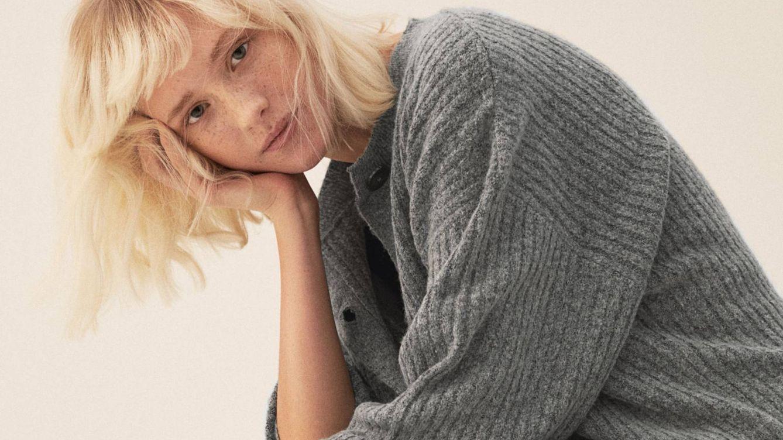 La falda más cómoda y favorecedora la puedes encontrar en H&M, y tiene un cárdigan a juego
