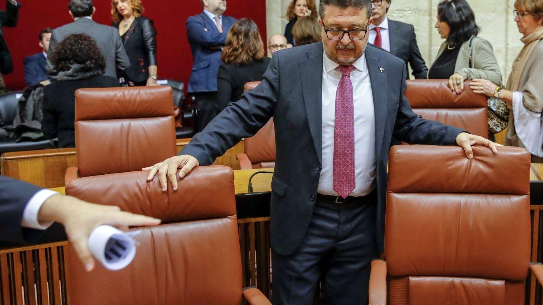 El juez en excedencia Francisco Serrano, en su escaño en el Parlamento de Andalucía. (EFE)