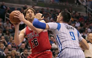 Un mate y un tapón de Pau Gasol le acercan a la marca de Jordan