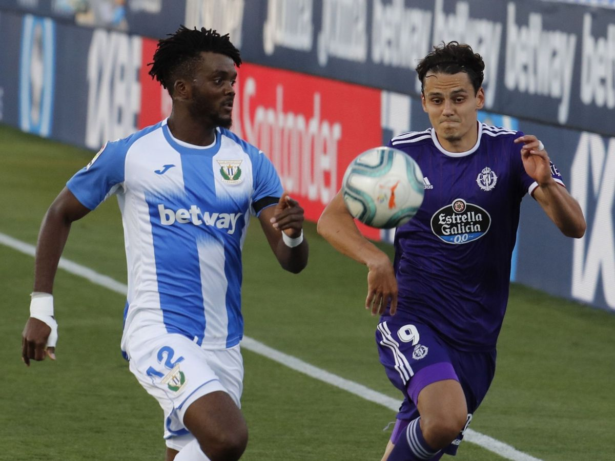 Foto: Chidozie Awaziem y Enes Üral disputan el balón en el Leganés-Valladolid de este sábado. (EFE)