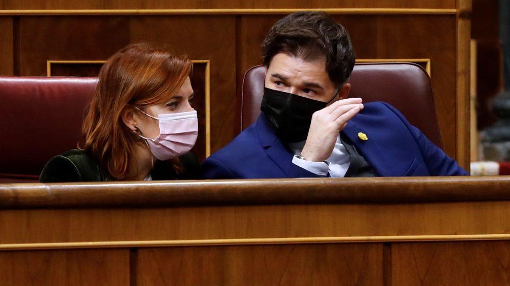 Foto: El portavoz de ERC, Gabriel Rufián (d), conversa con la diputada Carolina Telechea durante un pleno del Congreso. (EFE)