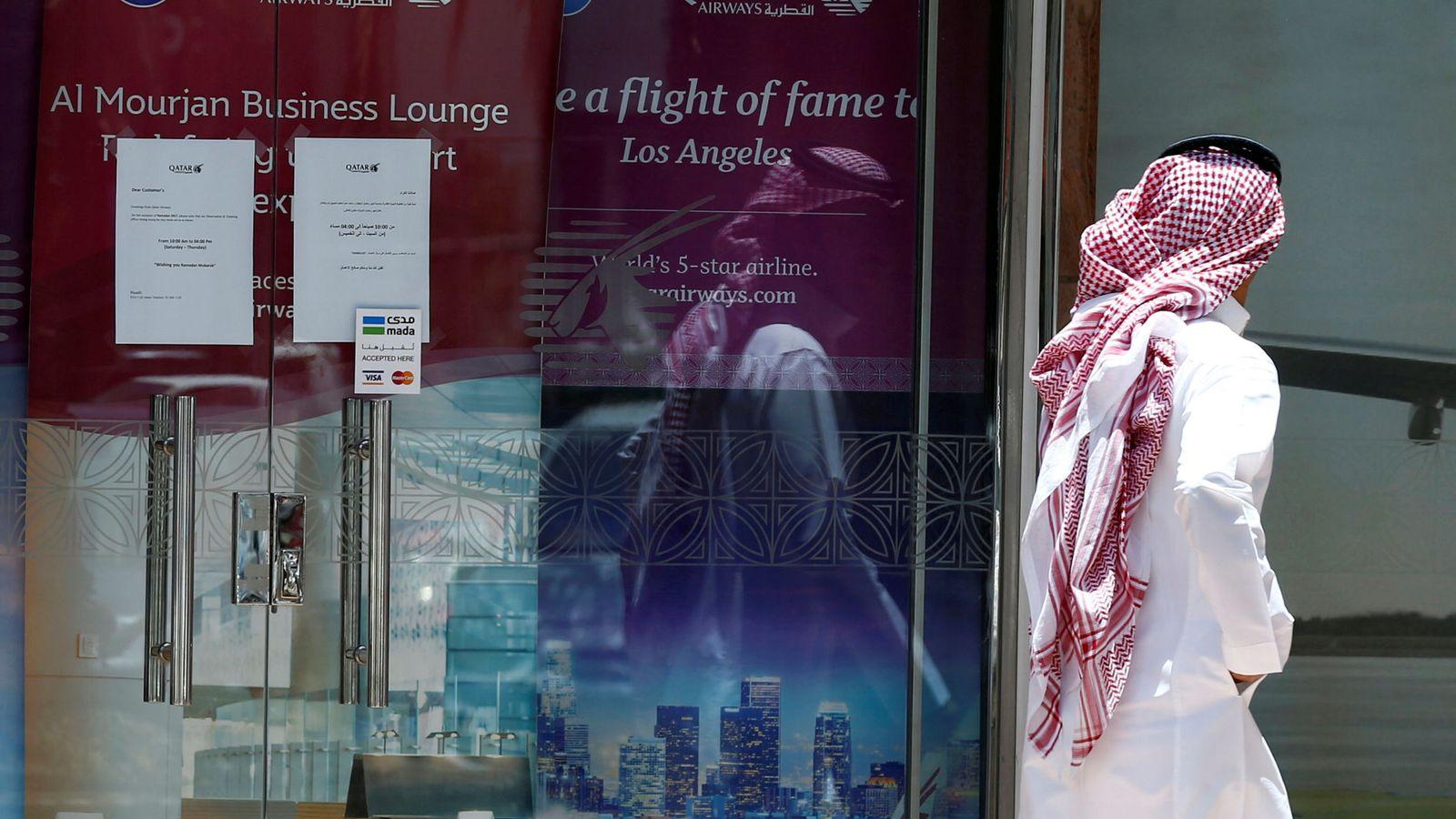 Foto: Un hombre pasa frente a las oficinas de Qatar Airways en Riad, el 5 de junio de 2017. (Reuters)
