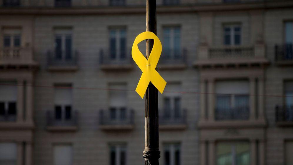 Foto: Un lazo amarillo, en la Diagonal de Barcelona, tras la manifestación con motivo de la Diada del 11 de septiembre de 2018. (EFE)